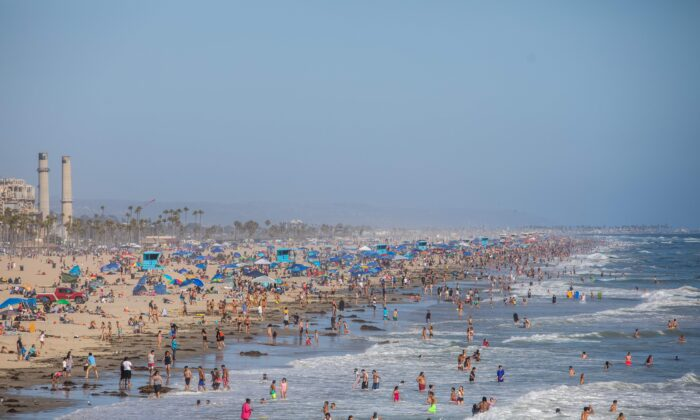 People enjoy the beach amid the CCP virus pandemic in Huntington Beach, Calif., on June 14, 2020. (Apu Gomes/AFP/Getty Images)