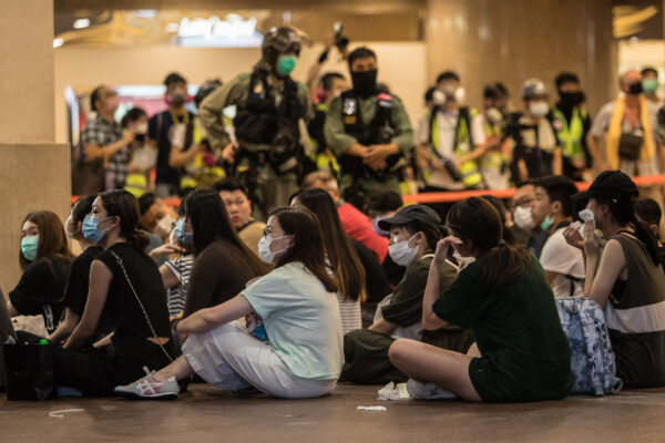hong kong protesters and police