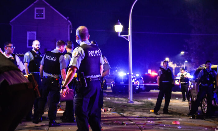Police investigate the scene of a shooting in Chicago, Ill., on July 4, 2020. (Carly Behm/Chicago Sun-Times via AP)