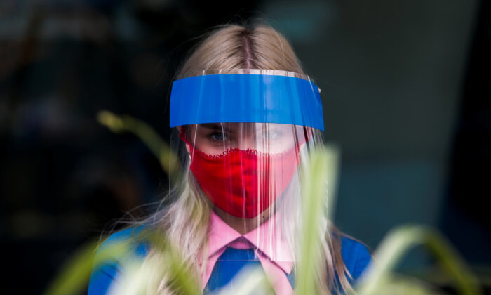 A restaurant employee wears a protective face shield and mask due to the coronavirus disease (COVID-19) outbreak in Moscow, Russia July 8, 2020. (Maxim Shemetov/Reuters)