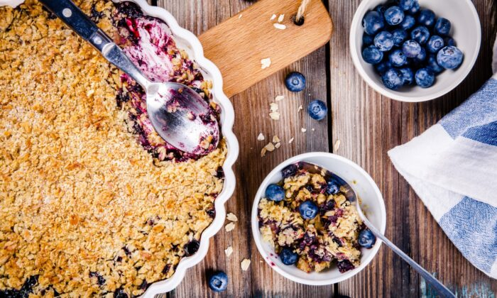 A blueberry crisp, with a thin, crunchy topping composed primarily of rolled oats. (Ekaterina Kondratova/Shutterstock)