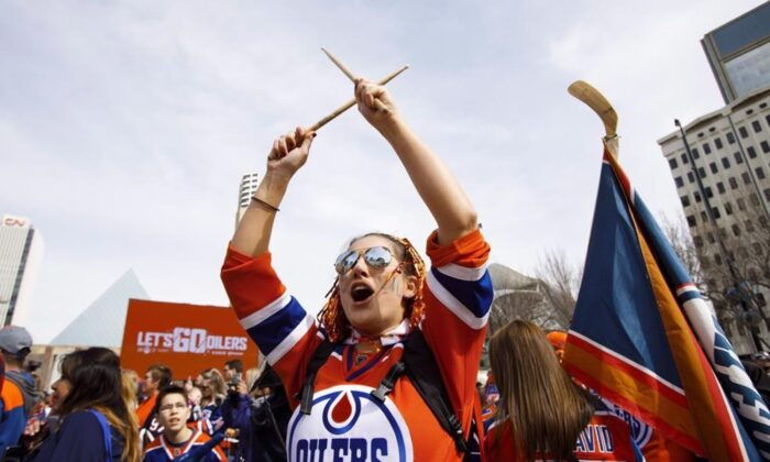 Oilers fans pack the square during the Edmonton Oilers' Orange Crush community rally in Sir Winston Churchill Square in Edmonton on April 20, 2017. (Codie McLachlan/The Canadian Press)