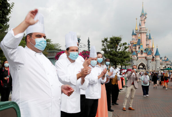 Chefs welcome the first visitors arriving at Disneyland Paris