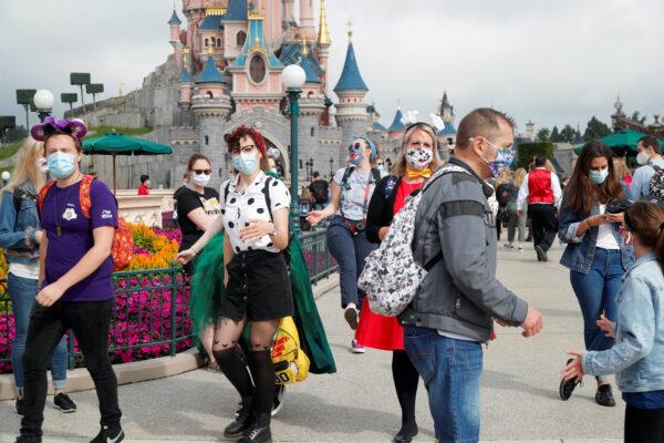 First visitors arrive at Disneyland Paris-2