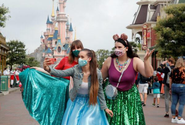 First visitors arrive at Disneyland Paris -4