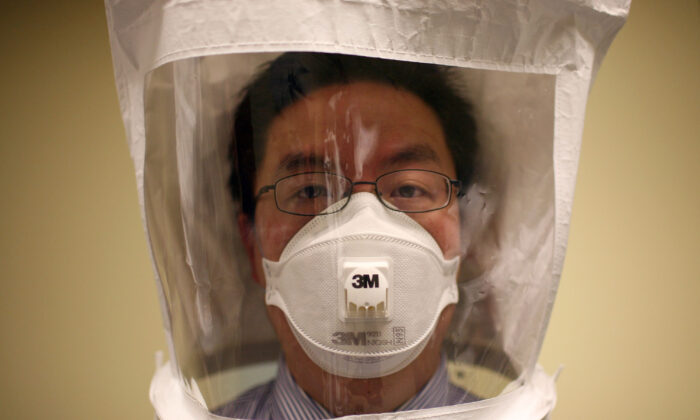 A doctor wears a hood and N95 respiratory mask in Oakland, Calif., on April 28, 2009. (Justin Sullivan/Getty Images)