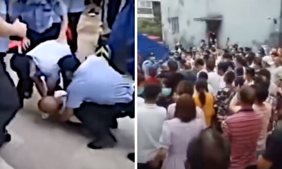 Beijing Residents Clash With Police Making a Profit at Checkpoint Entry