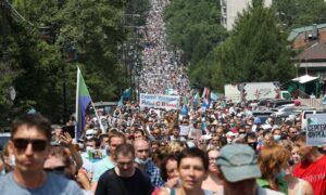 Ten Thousand March in Russian Far East in Support of Detained Governor