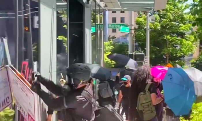 Rioters try to break into an Amazon store in Seattle on July 19, 2020. (Katie Daviscourt via Reuters)