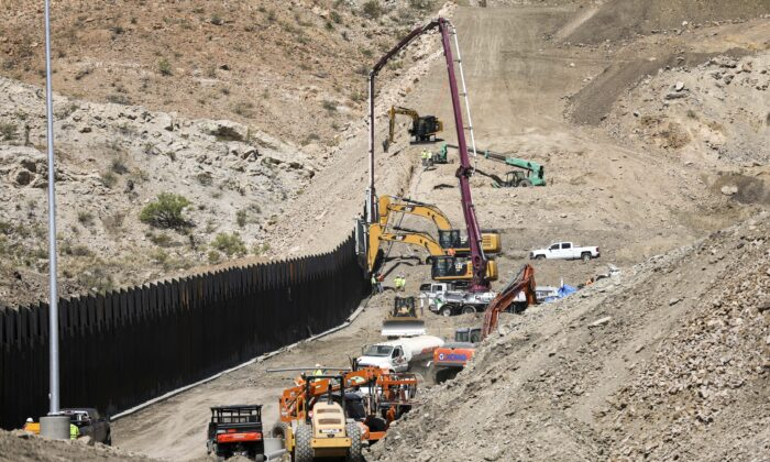 Construction continues on the new half-mile section of border fence built by We Build the Wall at Sunland Park, N.M., on May 30, 2019. (Charlotte Cuthbertson/The Epoch Times)