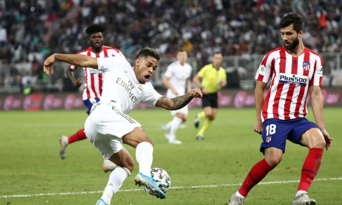Real Madrid's Mariano Diaz (L) in action with Atletico Madrid's Felipe during the Spanish Super Cup Final at King Abdullah Sports City, Jeddah, Saudi Arabia, on Jan. 12, 2020. (Sergio Perez/Reuters)