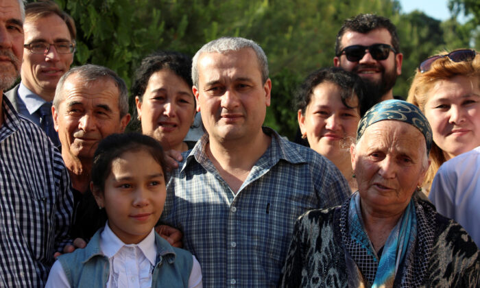 Uzbek journalist Bobomurod Abdullayev (C), was allowed to leave police custody, poses for a picture with relatives and supporters in Tashkent, Uzbekistan, on May 7, 2018. (Mukhammadsharif Mamatkulov/Reuters)