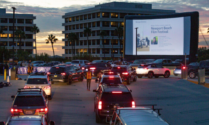 Cars line up to park for a rooftop screening event hosted by the Newport Beach Film Festival in Newport Beach, Calif., on Aug. 13, 2020. (John Fredricks/The Epoch Times)