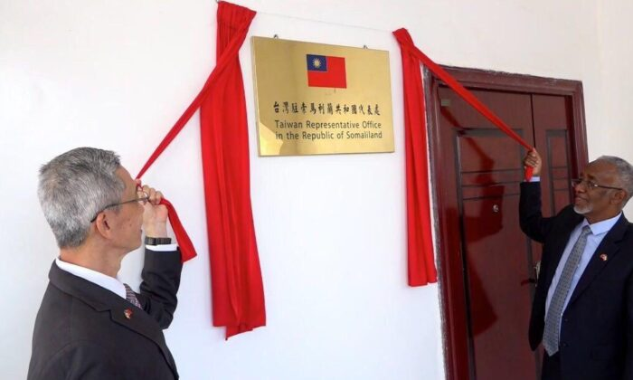 Lou Cheng-wa (L), Taiwan's representative to Somaliland, and Yasin Hagi Mohamoud, Somaliland's Minister of Foreign Affairs and International Cooperation, take part in a ceremony to open Taiwan's representative office in Somaliland on Aug. 17, 2020. (Taiwan's Ministry of Foreign Affairs)