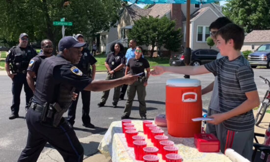 2 Boys Selling Lemonade Robbed at Gunpoint–Then Police Convoy Does Something Amazing