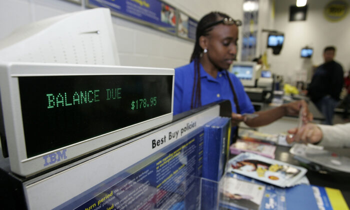 An employee takes money from a customer at the cash register at a Best Buy store on Nov. 22, 2005 in San Francisco, Calif. (Justin Sullivan/Getty Images)