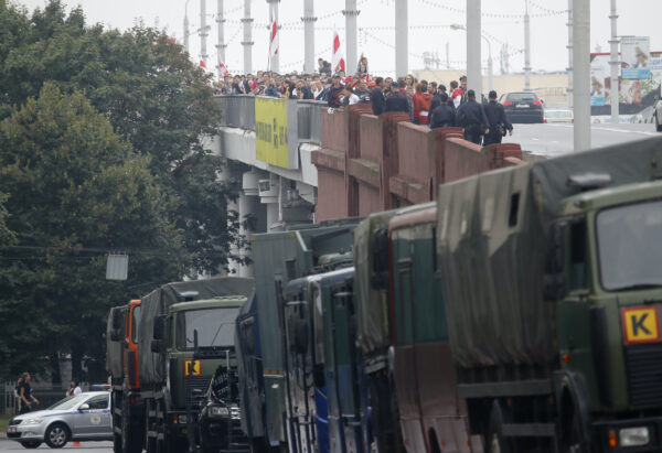Policemen try to block protesters in Minsk