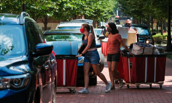 Incoming students began moving in on the OSU campus in Columbus, Ohio, on Aug. 13, 2020. (Matthew Hatcher/Getty Images)