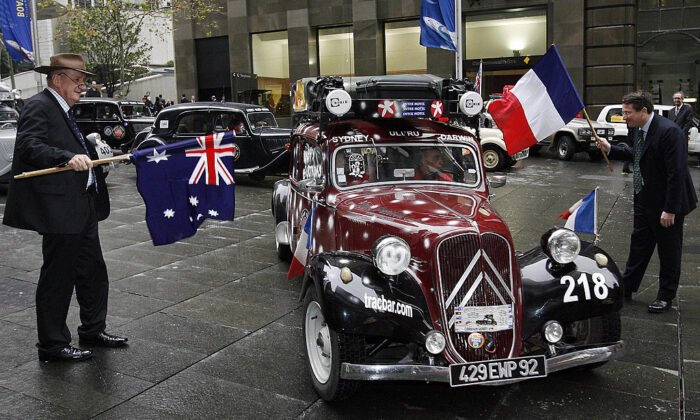 Former Australian deputy-prime minister Tim Fischer (L) and French Consul General Laurent Delahousse (R) flag off 20 classic Citroen Traction Avant cars, built in France between 1934 and 1957, at the start of the 2006 Dreamquest trans-Australia trek in Sydney, 26 July 2006.(TORSTEN BLACKWOOD/Getty Images)