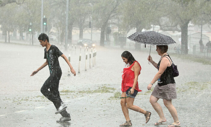 Pedestrians look to get out of heavy rain as Batman Avenue is flooded as massive storms hit Melbourne city on March 6, 2010 in Melbourne, Australia.(Robert Cianflone/Getty Images)
