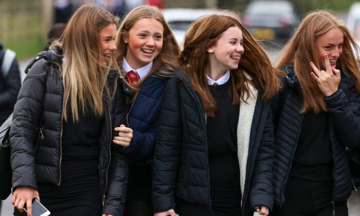 Pupils return to Kelso High School for the first time since the start of the CCP virus lockdown in Kelso, Scotland, on Aug. 11, 2020. (Jeff J Mitchell/Getty Images)