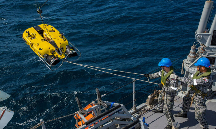 HMAS Huon's starboard Mine Disposal Vessel is launched to conduct a mine search off the coast of Tasmania's Stony Head Military training area on March 3, 2020 (Australian Department of Defence)