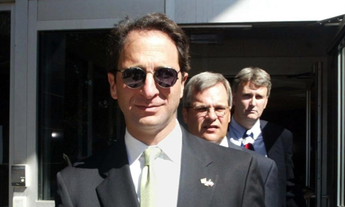 Then-federal prosecutor Andrew Weissmann leaves the Bob Casey Federal building in Houston, Texas, on Oct. 16, 2002. (JAMES NIELSEN/AFP via Getty Images)