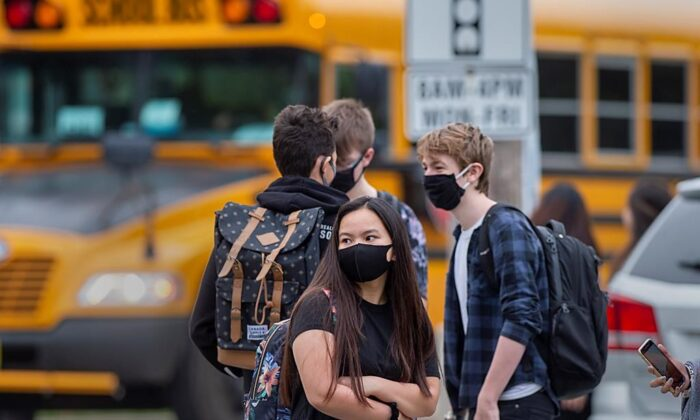 Students arrive at Dartmouth High School in Dartmouth, N.S. on Sept. 8, 2020. (Andrew Vaughan/The Canadian Press)