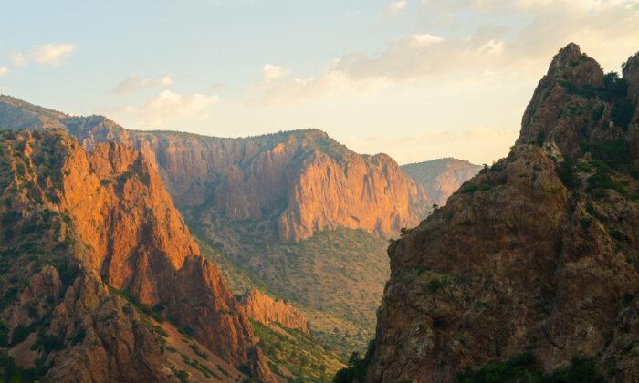 Sunrise over the Chisos Mountains. (Zack Frank/Shutterstock)