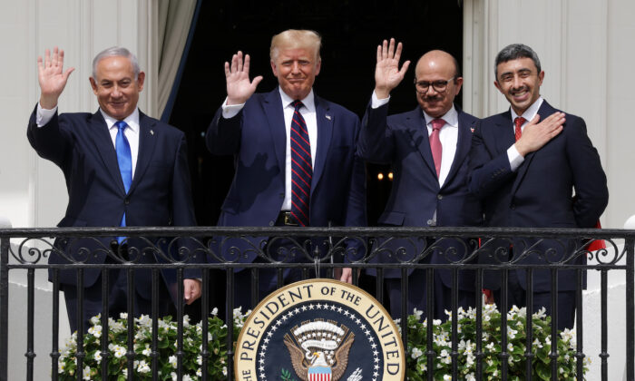 (L-R) Prime Minister of Israel Benjamin Netanyahu, U.S. President Donald Trump, Foreign Affairs Minister of Bahrain Abdullatif bin Rashid Al Zayani, and Foreign Affairs Minister of the United Arab Emirates Abdullah bin Zayed bin Sultan Al Nahyan wave from the Truman Balcony of the White House after the signing ceremony of the Abraham Accords on the South Lawn of the White House in Washington, on Sept. 15, 2020. (Alex Wong/Getty Images)