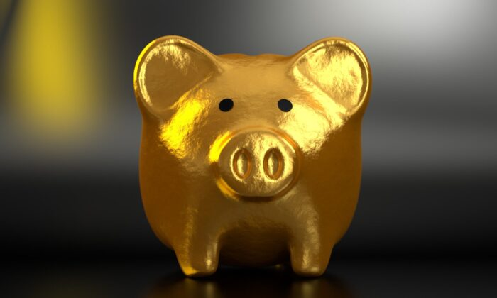File photo of a golden piggy bank. The savings rate is irrelevant if we don't take into account the instability in the job market and the real disposable income of families in the period. (QuinceCreative/Pixabay)
