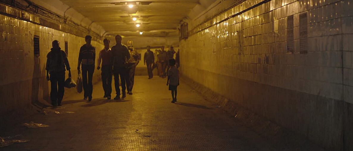 """crowd in subway tunnel in """"Lion"""""""