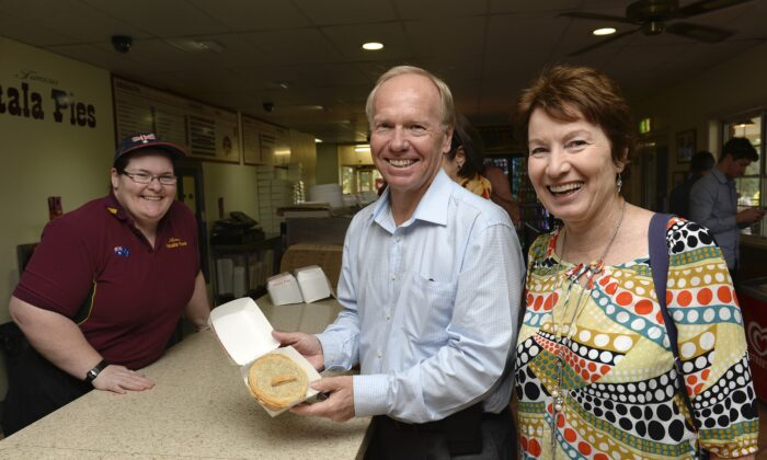 Labor candidate Peter Beattie and local member Margaret Keech (R) pose for a photo with a worker at the Yatala Pie shop at Beenleigh in Brisbane, Australia, on Aug. 14, 2013. (AAP Image/Bradley Kanaris)