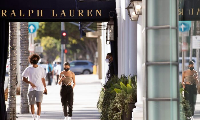 A security guard stands outside the Ralph Lauren store during the outbreak of the coronavirus disease (COVID-19), in Beverly Hills, Calif., on July 30, 2020. (Mario Anzuoni/Reuters)