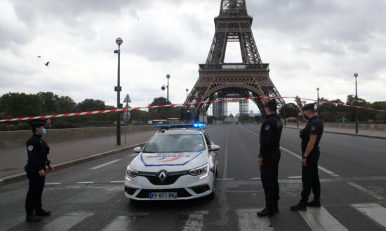 Paris Police Briefly Evacuate Eiffel Tower after Bomb Threat