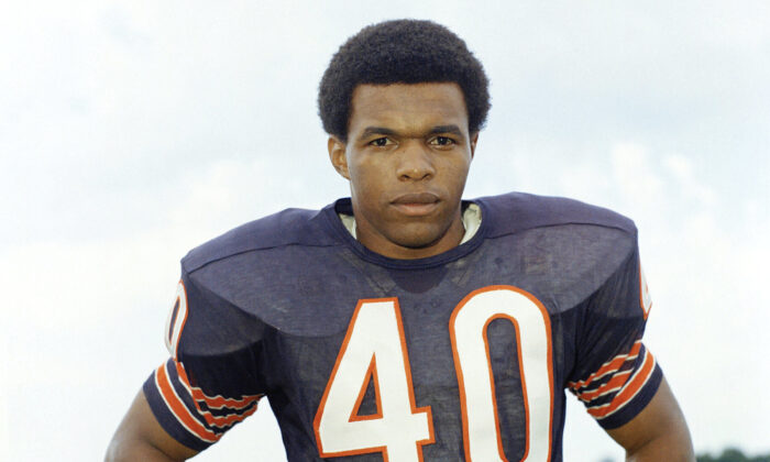 "This is a 1970 file photo showing Chicago Bears football player Gale Sayers. Hall of Famer Gale Sayers, who made his mark as one of the NFL's best all-purpose running backs and was later celebrated for his enduring friendship with a Chicago Bears teammate with cancer, has died. He was 77. Nicknamed ""The Kansas Comet"" and considered among the best open-field runners the game has ever seen, Sayers died Wednesday, Sept. 23, 2020. (AP Photo/FIle)"