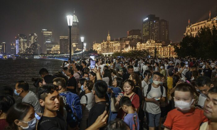 People crowd to take photos as they visit the Bund along the Huangpu River in Shanghai, China, on Aug. 29, 2020. (Kevin Frayer/Getty Images)