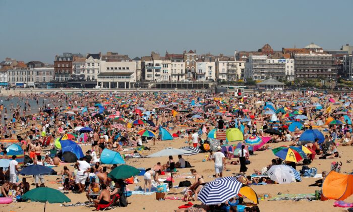 People enjoy the hot weather on Margate beach, Britain, on Jun. 24, 2020. (Andrew Couldridge/Reuter)