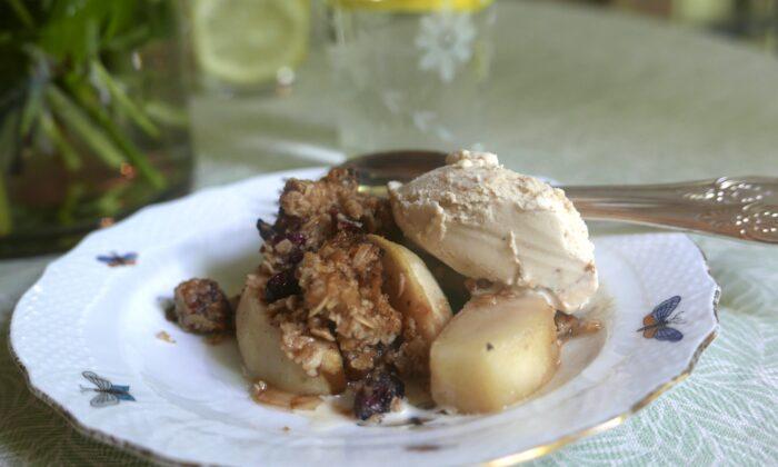 Pear crisp with butter pecan ice cream. (Victoria de la Maza)