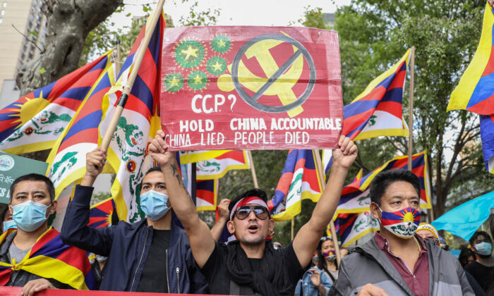 Democracy activists join together to call on governments to stand against the CCP's suppression of freedom, democracy, and human rights, in front of the UN headquarters in New York City on Oct. 1, 2020. (Samira Bouaou/The Epoch Times)