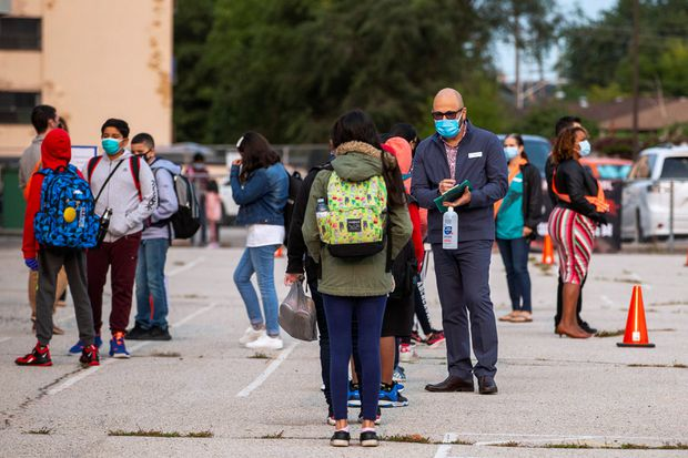 Students arrive at Hunter's Glen Junior Public School, in Scarborough, Ont., on Sept. 15, 2020. (Reuters/Carlos Osorio)