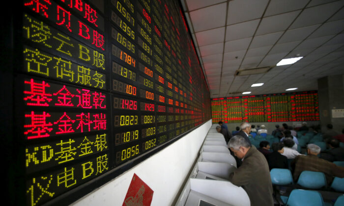 Investors look at computer screens showing stock information at a brokerage house in Shanghai, China, April 21, 2016. (Reuters/Aly Song/File Photo)