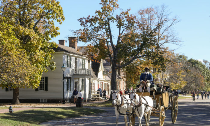 A carriage passes through the streets of Colonial Williamsburg. (Samira Bouaou/The Epoch Times)