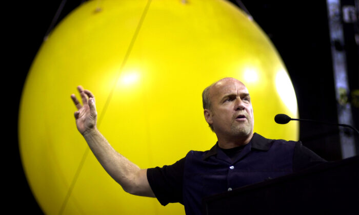 Pastor Greg Laurie speaking at an event in Anaheim, Cali., on July 6, 2001. (David McNew/Getty Images)