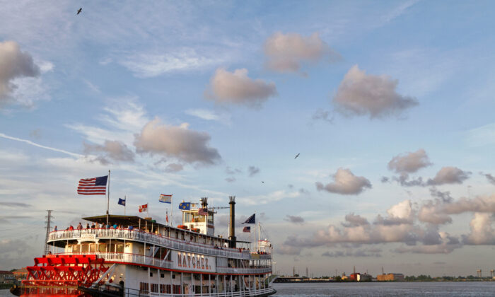 A steamboat leaving the Port of New Orleans. (Pierre Jean Durieu/Shutterstock)