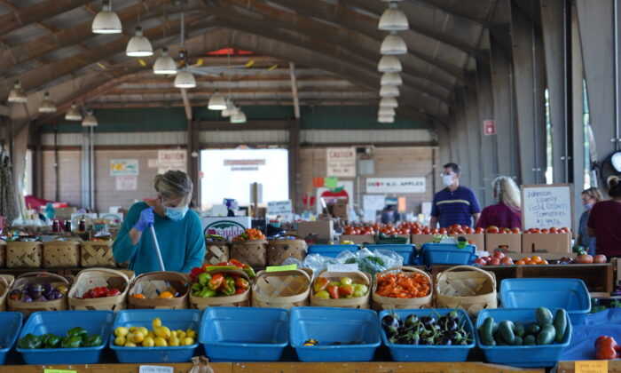Farmers run their stands at the Raleigh Farmers Market on Oct. 6, 2020, in Raleigh, N.C. (The Epoch Times)