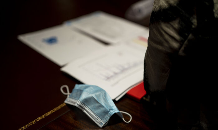 A mask is placed on the table during a meeting between U.S. President Donald Trump, Arkansas Gov. Asa Hutchinson, and Kansas Gov. Laura Kelly in the Cabinet Room of the White House in Washington on May 20, 2020. (Doug Mills-Pool/Getty Images)