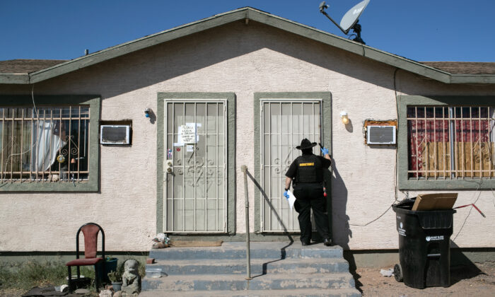 Maricopa County constable Darlene Martinez knocks on a door before posting an eviction order, in Phoenix, Ariz., on Oct. 1, 2020. (John Moore/Getty Images)