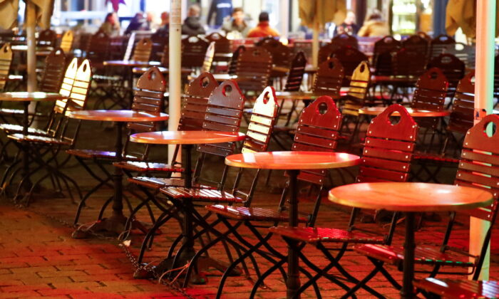 Empty tables of a restaurant are pictured as the COVID-19 outbreak continues, in Berlin's Mitte district, Germany October 28, 2020. (Fabrizio Bensch/Reuters)