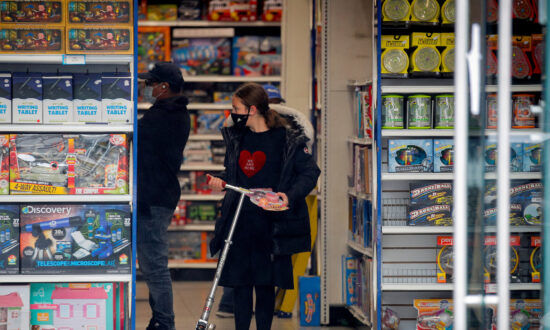 US Consumer Spending and Personal Income Climb More Than Expected in September